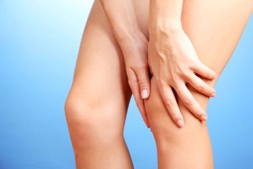 Причины образования жидкости в коленном суставе, симптоматика и лечение
