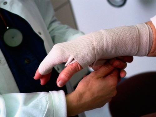 Если невозможно двигать рукой, будьте уверены, это перелом!