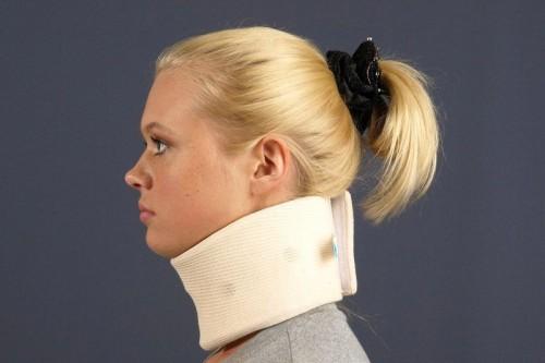 Воротник для шеи при остеохондрозе: описание изделий и их польза